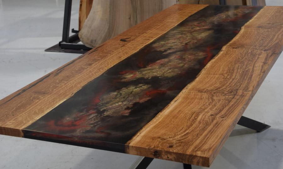 Massive Tischplatten mit Epoxidharz ausgegossen